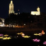 Río Onyar. Flores gigantes se iluminaban al atardecer. Foto ®Pere Duran