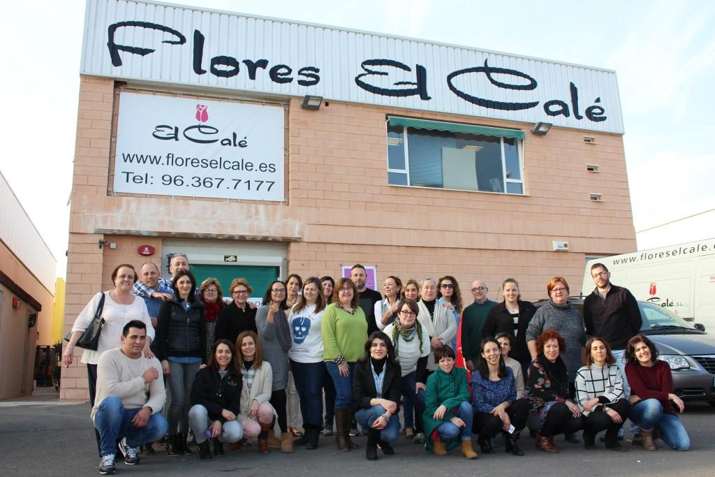 Los protagonistas posan ante las nuevas instalaciones de Flores El Calé en Mercavalencia