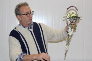 Juamba con un ramo de novia vertical invertido