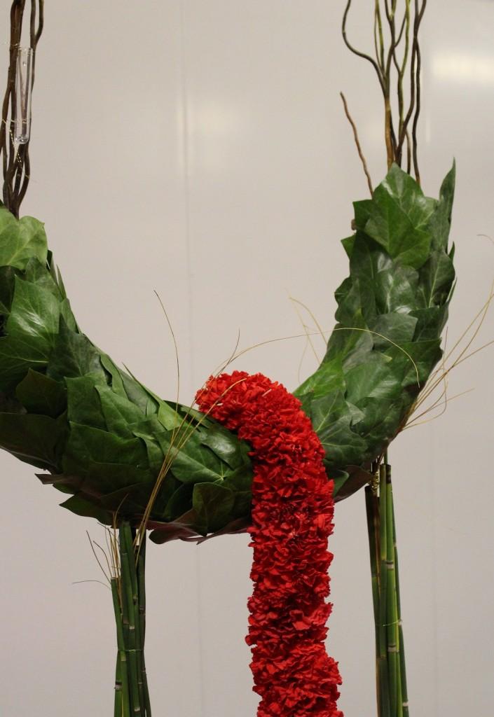 Decoración 'Sensación Bosque', detalle boa de clavel y estructura tapizada de hojas