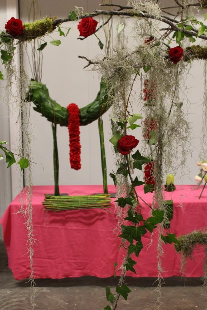 Decoración 'Sensación Bosque', al fondo detalle boa de clavel y estructura tapizada de hojas