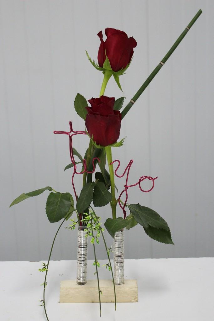Presentación de dos rosas para Enamorados